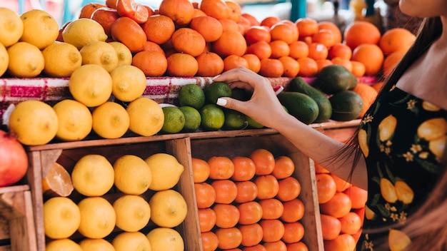 Mujer del primer que mira las frutas