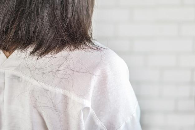 Mujer con problema de caída del cabello y caída.