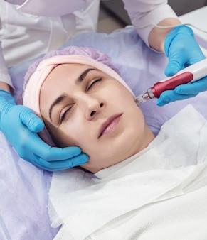 Mujer con procedimiento de rejuvenecimiento