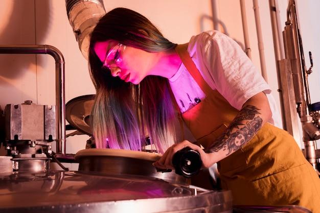 Mujer produciendo cerveza artesana