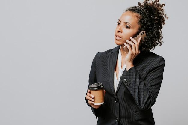 Mujer profesional con un café y un teléfono inteligente