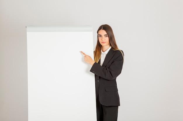 Mujer profesional en una explicación