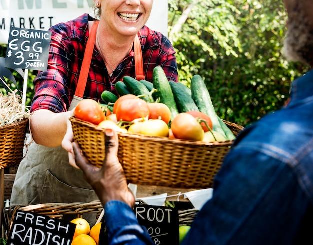 Mujer propietaria de una tienda de productos orgánicos frescos.