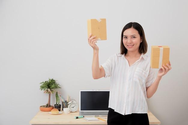 Mujer propietaria trabaja en línea comprando en casa