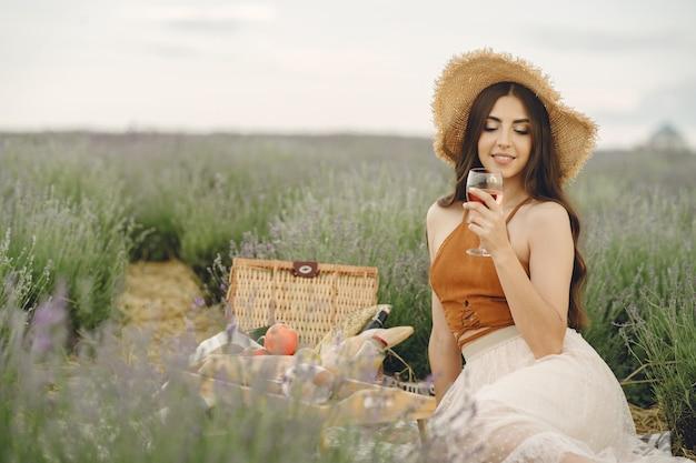 Mujer provenzal relajante en campo de lavanda. señora en un picnic.