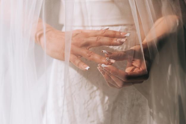 Mujer prueba su hermoso anillo
