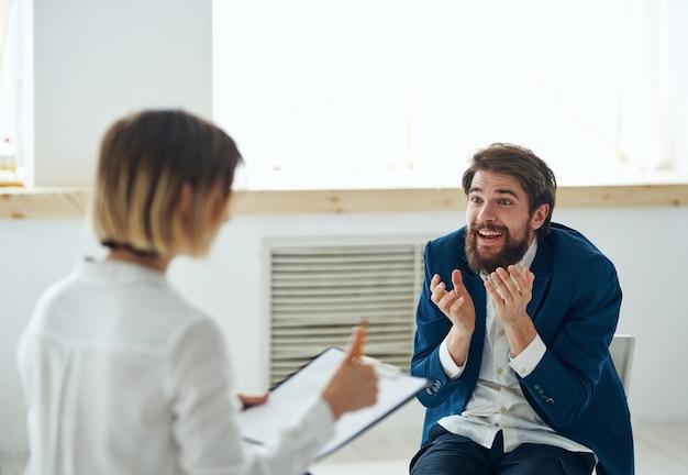 Mujer psicóloga consulta problema de tratamiento de comunicación del paciente