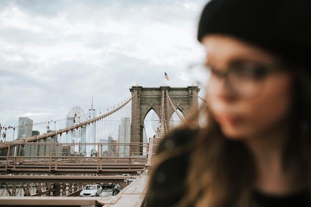 Mujer en el puente de brooklyn, estados unidos