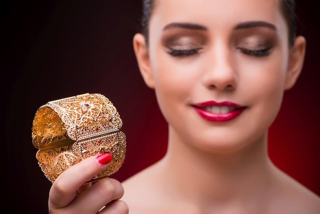 Mujer con pulsera dorada en concepto de belleza