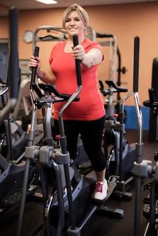 Mujer que ama el ejercicio cardiovascular