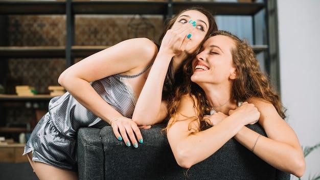 Mujer que comparte secreto con su amigo feliz