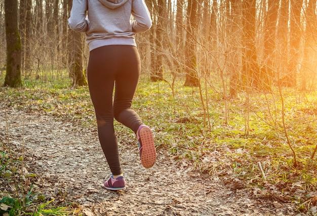 Mujer que corre en el bosque