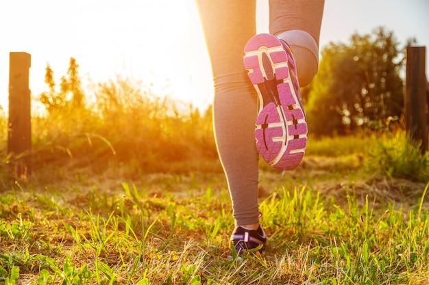 Mujer que corre en un campo