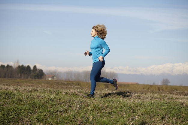 Mujer que corre en los campos