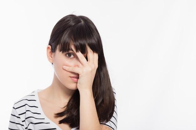 Mujer que cubre la cara avergonzada