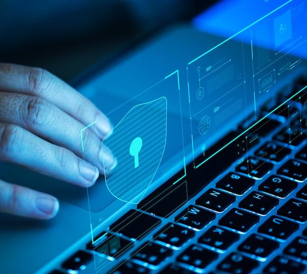 Mujer que se desplaza en una computadora portátil