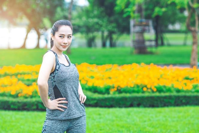Mujer que ejercita en un parque