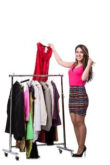 Mujer que elige la ropa en la tienda aislada en blanco