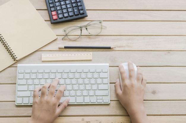 La mujer que escribe en el teclado de la computadora se puede utilizar para el concepto de comercio electrónico, negocios, tecnología e internet