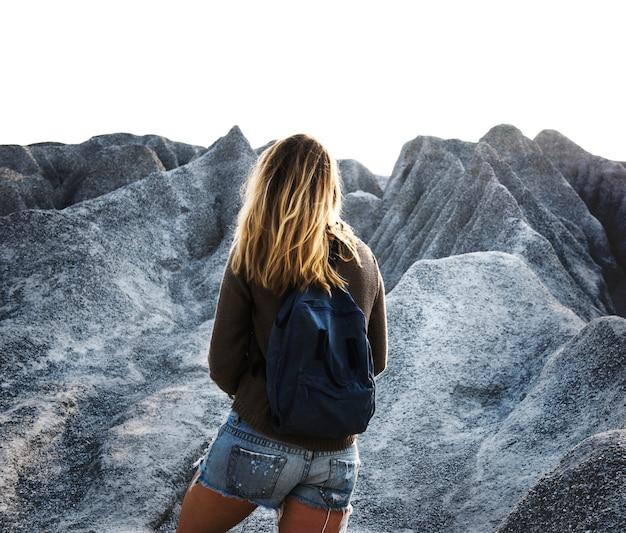 Mujer que va de excursión a la cima de la montaña en la naturaleza