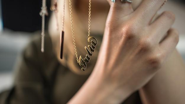 Mujer que exhibe la joyería en sus manos