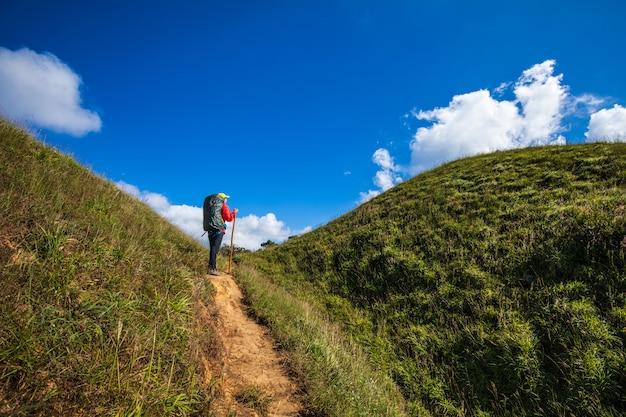 Mujer que hace excursionismo joven que camina en las montañas. doi mon chong, chiangmai, tailandia.