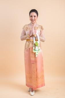 Mujer que llevaba un antiguo vestido tailandés
