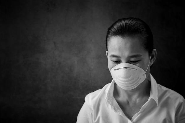 Mujer que llevaba una máscara. - protección contra virus, infecciones, gases de escape y emisiones industriales.