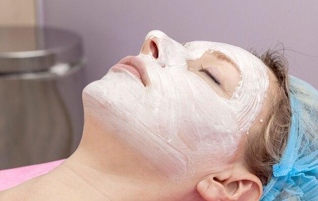 Una mujer que llevaba una máscara en un salón de belleza.