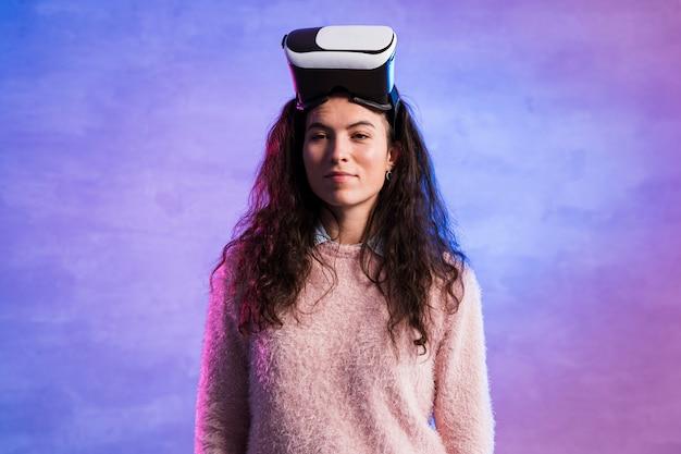 Mujer que llevaba una realidad virtual busca en su cabeza