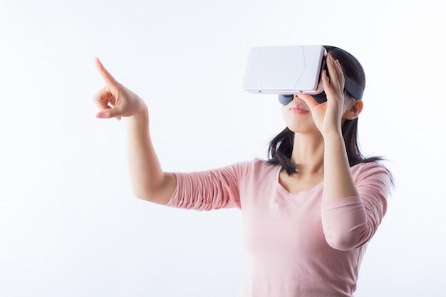 Mujer que mira el espacio de equipos digitales