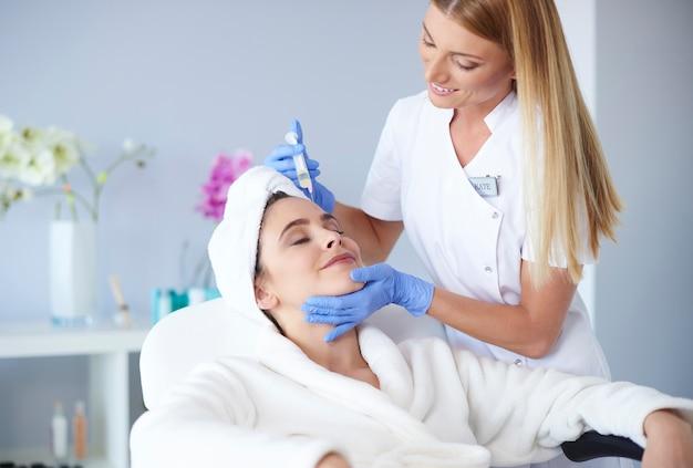 Mujer que recibe la inyección de botox en la clínica