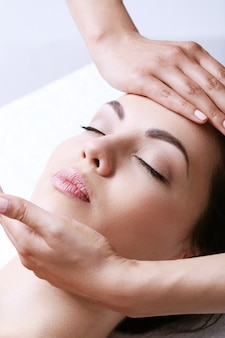 Mujer que recibe un masaje en un centro de spa