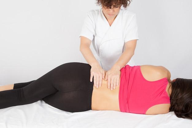 Mujer que recibe el masaje de espalda en el salón de spa