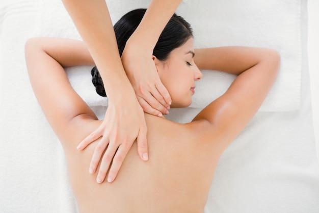 Mujer que recibe un masaje de espalda