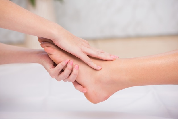 Mujer que recibe un masaje de pies