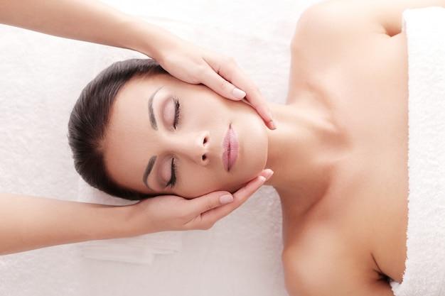 Mujer que recibe un masaje relajante en el spa