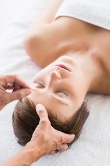 Mujer que recibe tratamiento de acupuntura
