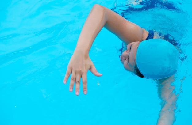 Mujer que se relaja en la piscina