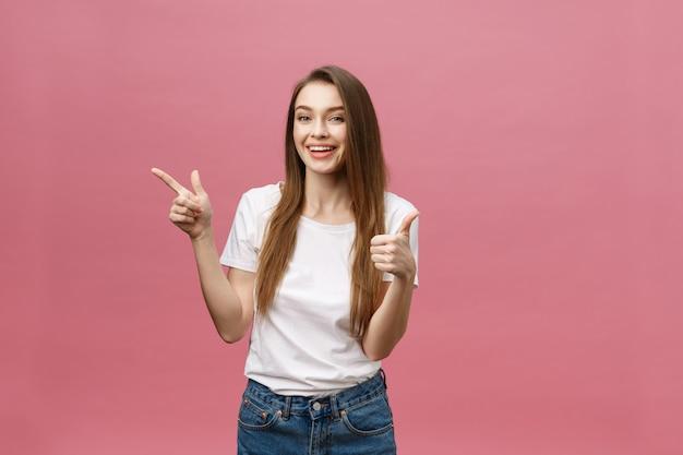 Mujer que señala el dedo en la cámara y la sonrisa toothy.