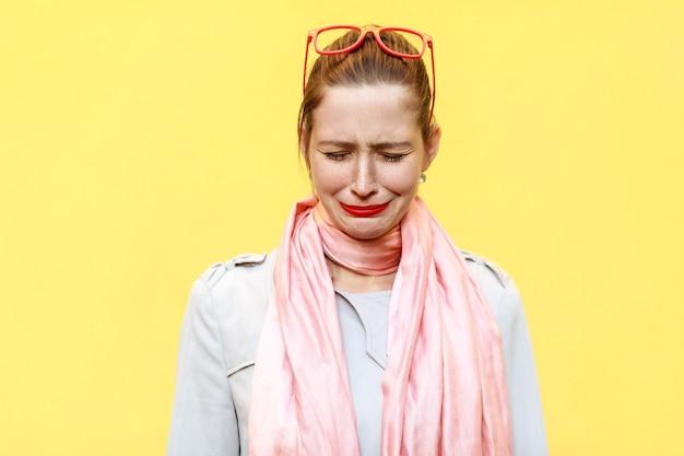 Mujer que se siente avergonzada o enferma concepto de expresiones y emociones del rostro humano