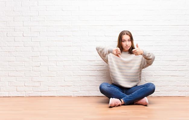 Mujer que se siente confundida, despistada e insegura, sopesando lo bueno y lo malo en diferentes opciones u opciones