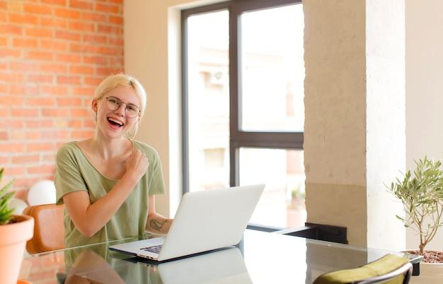 Mujer que se siente feliz, positiva y exitosa, motivada cuando enfrenta un desafío o celebra buenos resultados.
