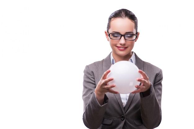 Mujer que sostiene la bola de cristal aislada en blanco