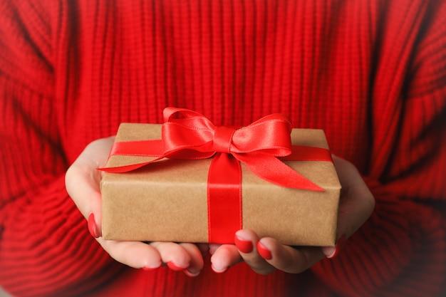 Mujer que sostiene las cajas de regalo, navidad, primer. espacio para texto