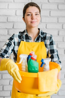 Mujer que sostiene la cesta con productos