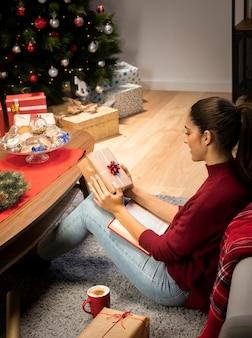 Mujer que sostiene un regalo