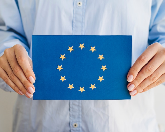 Mujer que sostiene el sobre de la unión europea