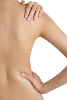 Mujer que sostiene su hombro y cintura en áreas del dolor aisladas en el fondo blanco.