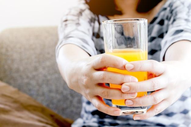 Mujer que sostiene el vaso con jugo sabroso